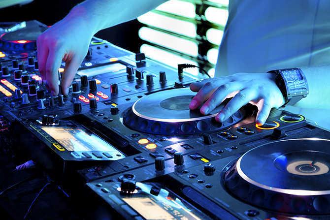 DJ tocando