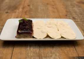Pate de foie gras com geleia de amoras