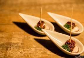 Cubinhos de frango ao shoyu e mel com dip de jabuticaba e gengibre